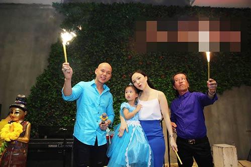 Vợ chồng Phan Đinh Tùng thắm thiết hát tặng sinh nhật con gái-10