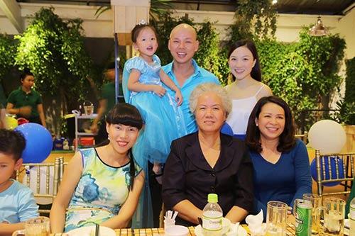 Vợ chồng Phan Đinh Tùng thắm thiết hát tặng sinh nhật con gái-9