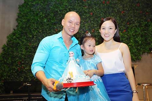 Vợ chồng Phan Đinh Tùng thắm thiết hát tặng sinh nhật con gái-1