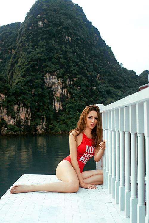 huong giang idol khoe duong cong tao bao tren du thuyen sang trong o ha long - 1