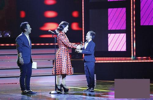 "tv show tuan qua: bang kieu thay thi sinh ""mat dan"", tran thanh bi ""nem da"" tai vtv awards - 7"