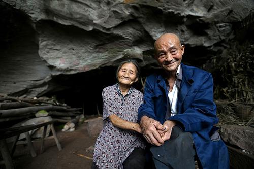 can nha hanh phuc trong hang da suot 54 nam cua cap vo chong gia - 1