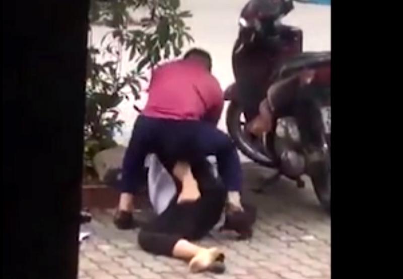 Clip: Vợ trẻ bị chồng đè xuống đường, đấm đá dã man-2