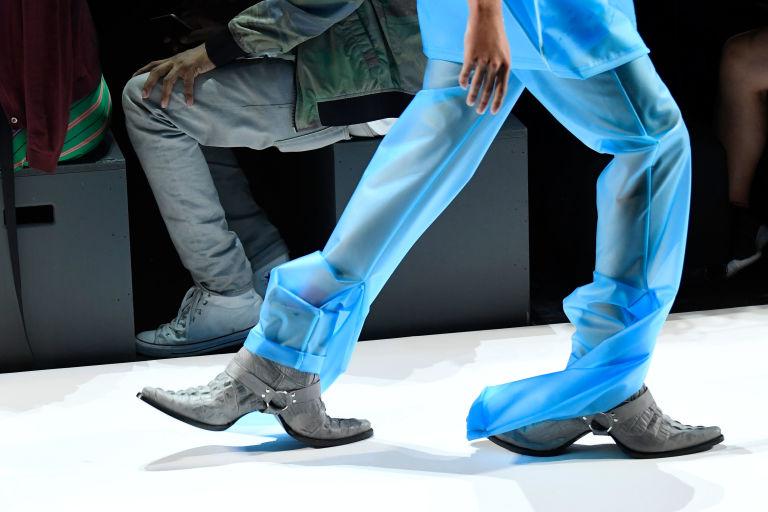 Đôi giày hai đầu tại New York FW khiến giới thời trang xôn xao - 1
