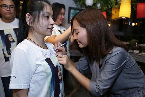 Khánh Hiền nghẹn ngào khi được bạn trai Việt kiều cầu hôn trước mặt fan-4