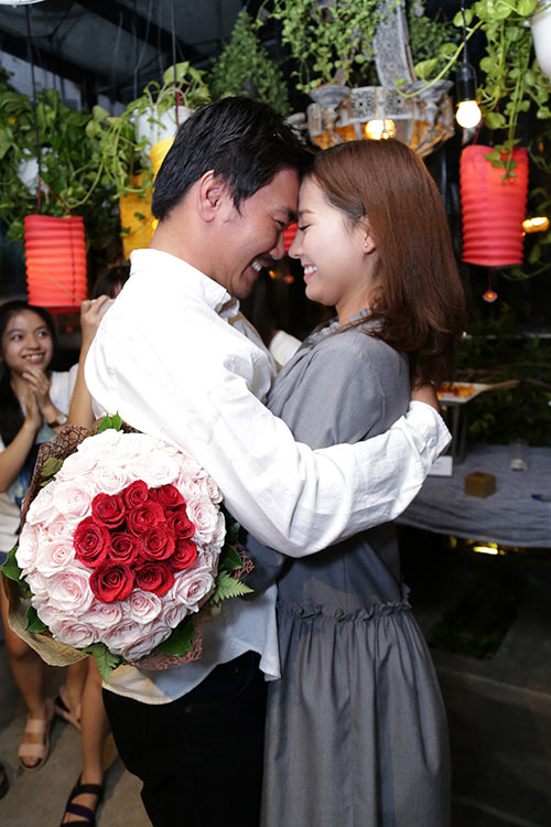 Khánh Hiền nghẹn ngào khi được bạn trai Việt kiều cầu hôn trước mặt fan-6