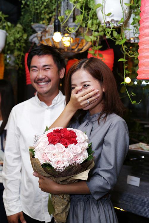 Khánh Hiền nghẹn ngào khi được bạn trai Việt kiều cầu hôn trước mặt fan-7