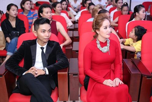 Thu Minh và chồng Tây đến sân khấu của Khánh Thi để cúng Tổ-1