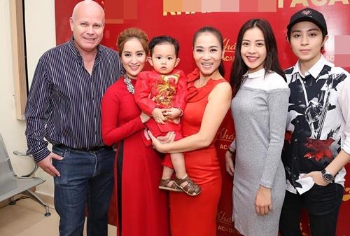 Thu Minh và chồng Tây đến sân khấu của Khánh Thi để cúng Tổ-9