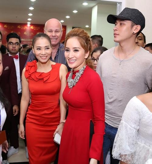 Thu Minh và chồng Tây đến sân khấu của Khánh Thi để cúng Tổ-6