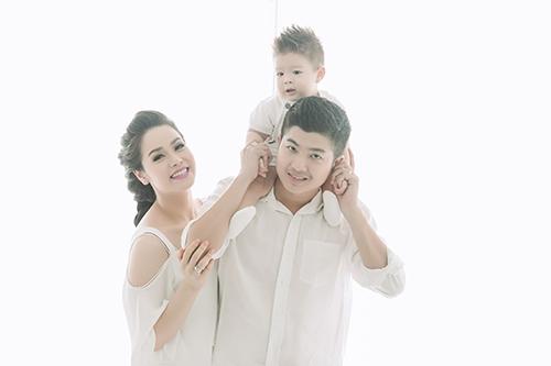 Vợ chồng Nhật Kim Anh tình cảm bên con trai sắp tròn 1 tuổi-4