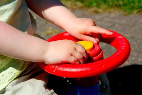 """Tá hỏa vì bé trai 2 tuổi """"lái ô tô"""" xuống đường lúc 2 giờ sáng-1"""