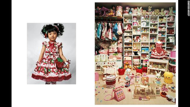 Bức ảnh phòng ngủ của bé Kaya 4 tuổi đang sống cùng bố mẹ trong một căn hộ nhỏ ở Tokyo. Căn phòng tràn ngày đồ chơi và quần áo, đây thực sự là thế giới mà mỗi cô bé đều mong ước.