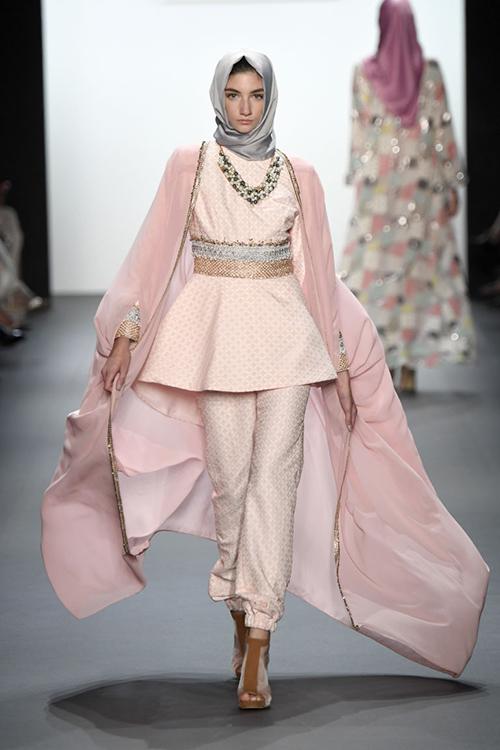 ntk hoi giao dau tien trinh dien trang phuc trum dau tai new york fashion week - 2