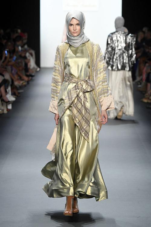ntk hoi giao dau tien trinh dien trang phuc trum dau tai new york fashion week - 4