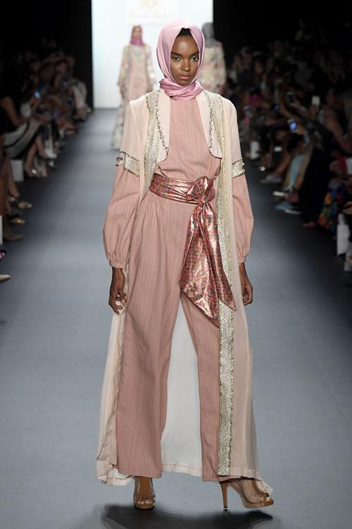 ntk hoi giao dau tien trinh dien trang phuc trum dau tai new york fashion week - 6