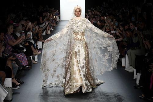 ntk hoi giao dau tien trinh dien trang phuc trum dau tai new york fashion week - 7