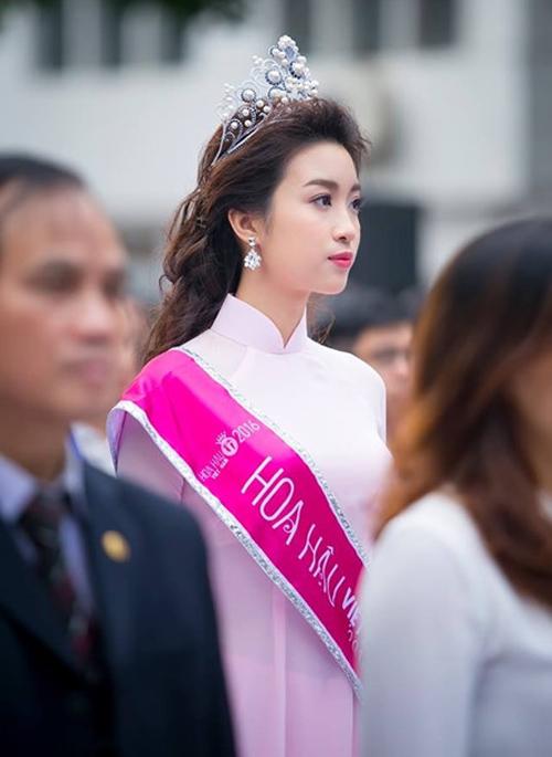 nhung chiec ao dai duoc khen het loi cua hoa hau do my linh - 9