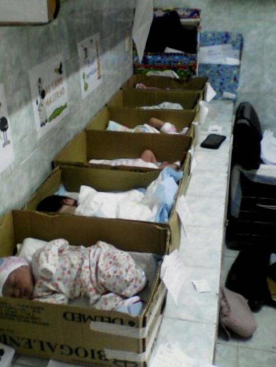 """venezuela: tre so sinh bi """"dat trong thung giay"""" tai benh vien - 2"""