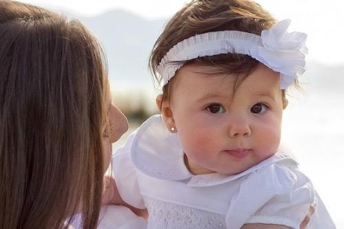 Ham bấm lỗ tai cho bé sơ sinh mẹ nhận hậu quả khó lường