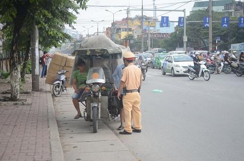 csgt ra quan xu ly xe cho hang cong kenh sau vu chau be tu vong do ton cua co - 2