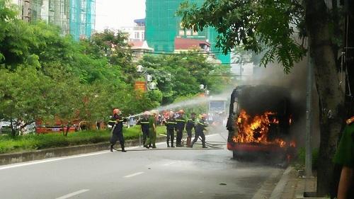 Hà nội xe bus bốc cháy dữ dội khi đang lưu thông