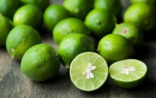 Chanh có chứa axit citric và vitamin C với khả năng làm sạch da, se khít lỗ chân lông và điều tiết chất nhờn