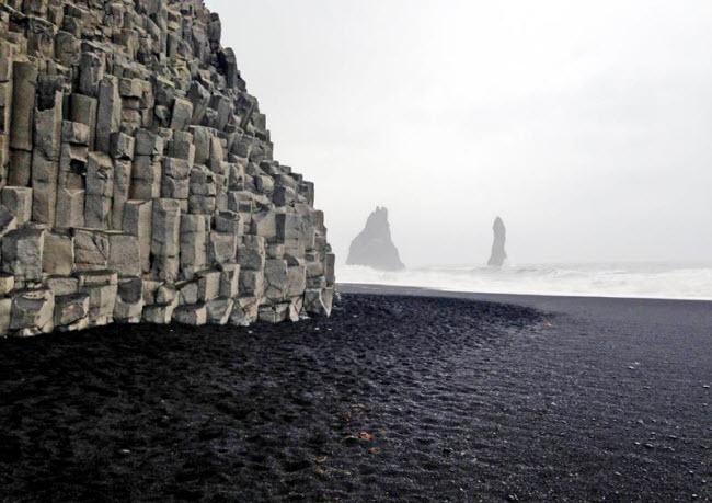 Bãi biển Vik Beach ở Iceland có màu đen đặc trưng.
