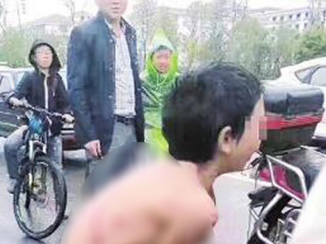 Bé trai 12 tuổi bị bố đánh đập, trói tay, trần truồng chạy theo xe máy dưới mưa