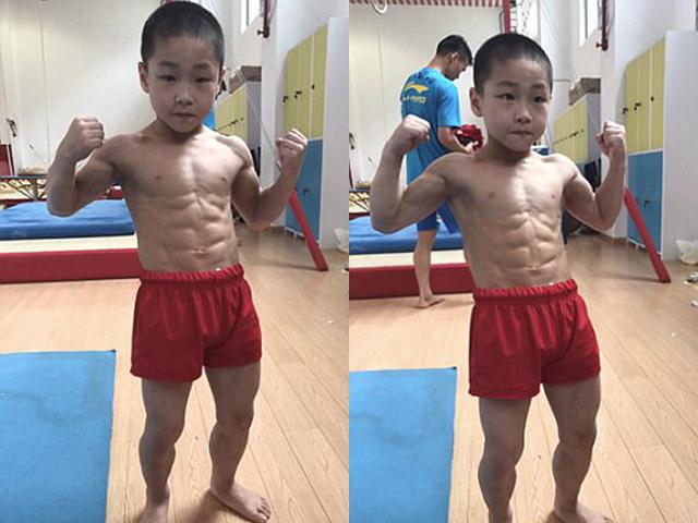 Cậu bé 7 tuổi khoe cơ bụng 8 núi được chia sẻ rần rần trên mạng xã hội