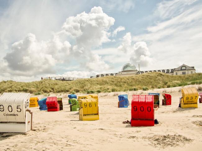 """Juist, Đức: Juist là 1 trong 7 hòn đảo có người ở tại vùng biển Wadden, Đức. Với bãi biển dài và lộng gió, hòn đảo này cònđược đặt tên là """"Töwerland"""" (có nghĩa là vùng đất kỳ diệu theo ngôn ngữ địa phương). Mặc dù biển Wadden có thể lạnh, nhưng các hoạt động như đi bộ trên bãi bùn, tắm spa bằng nước biển, …mang lại trải nghiệm thú vị."""