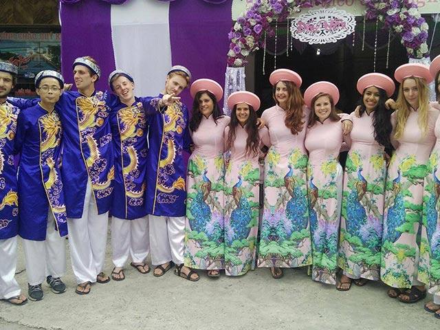 Dàn bê tráp toàn gái Tây diện áo dài truyền thống tươi như hoa náo loạn Hải Phòng