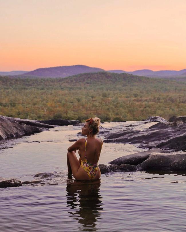 1. Thác Gunlom:Đến với thác bạc Gunlom ở phía nam Vườn quốc gia Kakadu, bạn có thể đắm mình trong dòng nước mát ở hồ tự nhiên nơi đỉnh thác và chiêm ngưỡng cảnh hoàng hôn tuyệt đẹp ở đây.
