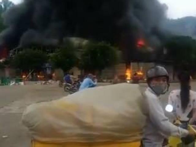 Tin nóng: Cháy lớn, thiệu rụi hàng loạt ki ốt ở chợ trung tâm thương mại Sài Gòn - Lạng Sơn