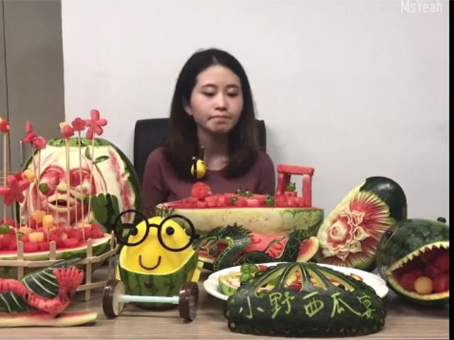 [Video] Thánh nấu ăn văn phòng bày nguyên 1 bàn tiệc dưa hấu tại bàn làm việc