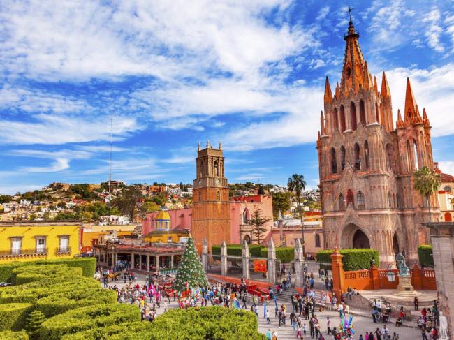Kiến trúc của nhà thờ Parroquia de San Miguel Arcangel ở trung tâm thành phố San Miguel de Allende trông như trong truyện cổ tích.