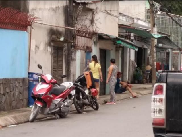 Ghen tuông, vợ bị chồng lột đồ ngoài đường để tra khảo ở Sài Gòn