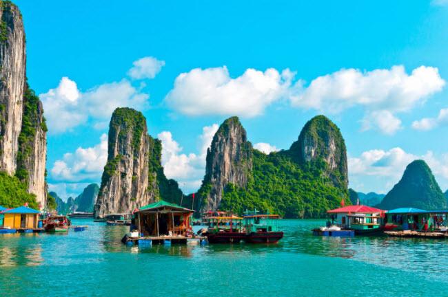 Vịnh Hạ Long, Việt Nam: Du khách có thể đi tàu tham quan làng chài Cửa Vạn nằm giữa các ngọnnúi đá vôi trên biển.