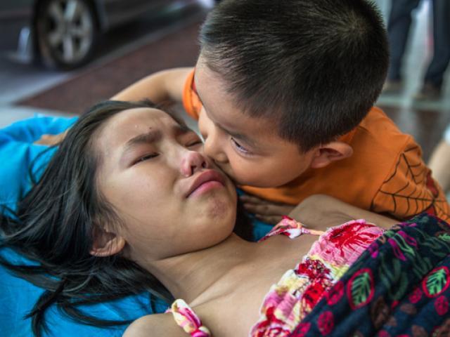 Bố mẹ bỏ đi, em 7 tuổi chăm sóc chị gái trên giường bệnh đã nói một câu khiến ai cũng ấm lòng