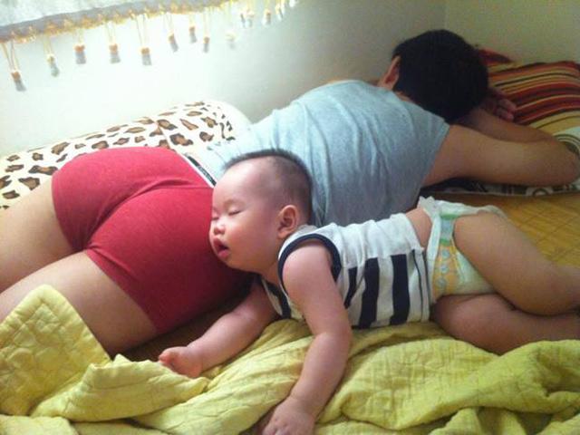 Mẹ bỉm sữa thi nhau chia sẻ ảnh Bố nào con nấy vô cùng hài hước, nhìn kĩ mới thấy họ thật tình cảm