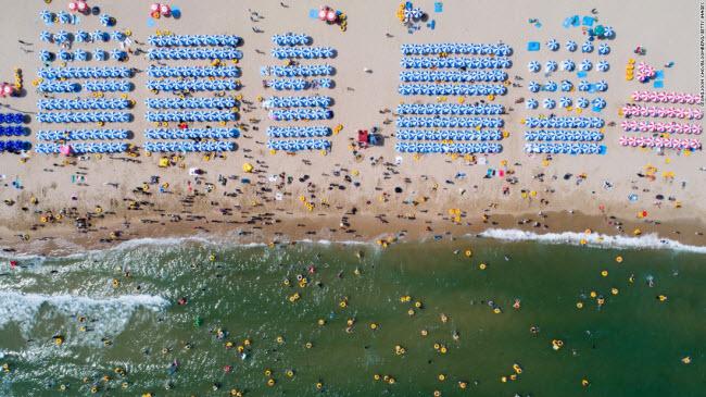 Busan, Hàn Quốc: Hình ảnh chụp toàn cảnh từ trên cao bãi biển Haeundae, nằm cách trung tâm thành phố Busan 40 phút di chuyển bằng ô tô.