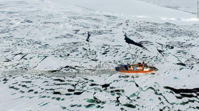 Vịnh Lutzow-Holm, Nam Cực: Tàu phá băng Shirase của Nhật Bản di chuyển qua mặt nước đóng băng gần vịnh , Lutzow-Holm.
