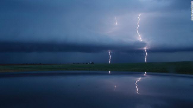 Texas, Mỹ: Cảnh tượng sét đánh sáng lóa trên bầu trời đêm được ghi lại trong một trận bão ở bang Texas.