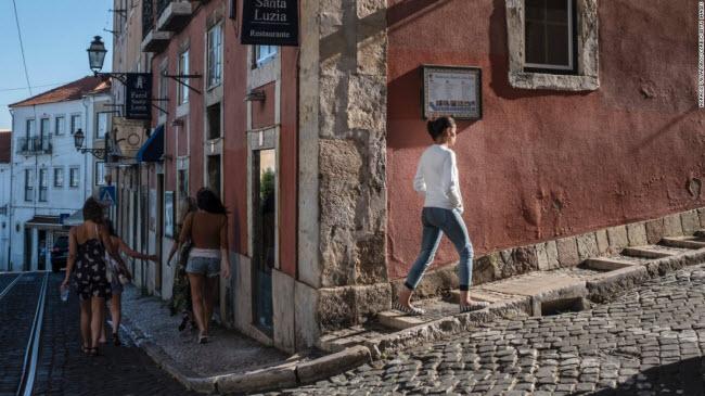 Lisbon, Bồ Đảo Nha: Khu phố Castelo nổi tiếng với những công trình kiến trúc cổ nằm trên sườn đồi.