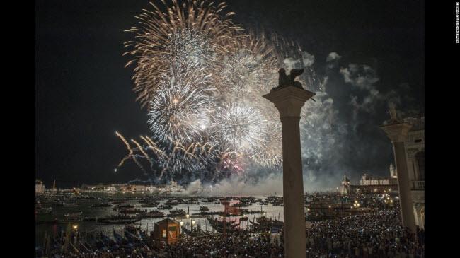Venice, Italia: Màn bắn pháo hoa rực rỡ trên vịnh St Mark's tại thành phố Venice.