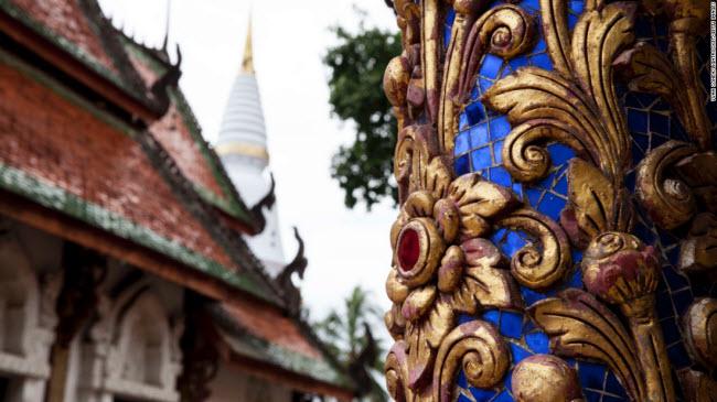 Lampang, Thái Lan: Ngôi đền từ thế kỷ thứ 16 Wat Pratu Pong là công trình kiến trúc đặc trưng theo phong cách Lanna.