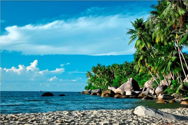 Đảo Hòn Sơn  Đảo Hòn Sơn hay còn được gọi là Hòn Sơn Rái thuộc xã Lại Sơn, huyện Kiên Hải, tỉnh Kiên Giang. Đảo Hòn Sơn nằm ở giữa đảo Nam Du và đảo Hòn Tre, hòn đảo này được xem là một trong những hòn đảo hoang sơ và quyến rũ bậc nhất Việt Nam.  Ảnh: mytour