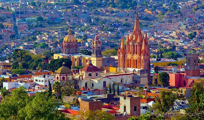 """San Miguel de Allende – Mexico  San Miguel de Allende là một trong những thành phố nằm trên """"Những nẻo đường độc lập"""". Vừa là khu nghỉ mát nhiệt đới thời thượng, vừa là di sản thế giới, thành phố trông duyên dáng thật sự với kiến trúc cổ, những con đường lát đá xưa cũ, các ngôi giáo đường lãng mạn và những khu vườn tươi tốt."""
