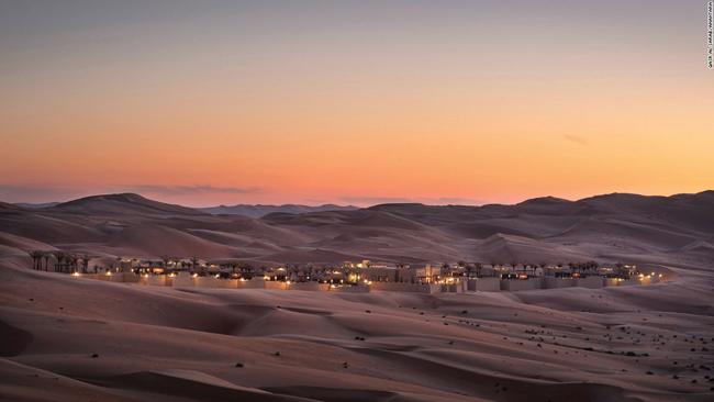 Bên trong khuôn viên khách sạn Qasr Al Sarab có tất cả những gì bạn có thể mong đợi từ một khu biệt thự nghỉ dưỡng cao cấp của Các Tiểu vương quốc Ả Rập Thống nhất giàu có: từ nội thất sang trọng, hồ bơi riêng, nhà hàng xa xỉ cùng khu spa đầy đủ tiện nghi. Nhưng bên ngoài các bức tường, nơi đây có một khung cảnh riêng ít khách sạn nào có thể sánhkịp: Vẻ đẹp của sự trống trải vô tận.