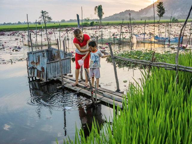Hình ảnh nhà vệ sinh đồng quê lộ thiên của Việt Nam lên báo nước ngoài